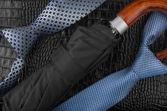 Två slipsar och plånbok   ligga på huden Arkivfoton