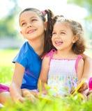 Två små flickor är läseböcker arkivfoton