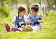 Två små flickor med hönor royaltyfri bild