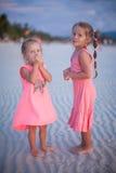 Två små flickor på den tropiska stranden i Filippinerna Arkivbilder