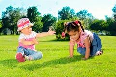 Två små flickor på fältet royaltyfri bild