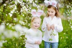 Två små flickor som bär kaninöron på påsk Arkivbilder