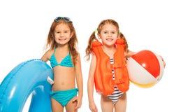 Två små flickor som går att spela i vattnet Royaltyfri Bild