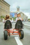 Två små flickor som rider leksakcirkuleringen Royaltyfri Fotografi