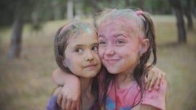 Två små flickor suddiga med kulört vatten för pulverHoli stänk arkivfilmer