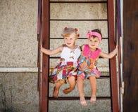 Två små flickor utanför Fotografering för Bildbyråer
