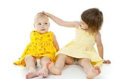 Två små systrar royaltyfria bilder