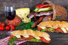 Två smörgåsar framme av korg Royaltyfri Foto