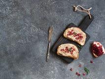 Två smörgåsar med fegt pate- och granatäpplefrö royaltyfria foton
