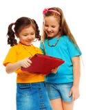 Flickor som leker med datoren Royaltyfri Bild