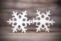 Två snöflingor på trä II arkivfoton