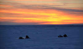 Rida av in i den Alaska solnedgången Fotografering för Bildbyråer