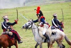 Två soldater-reenactors, franska och ryss, korsade deras swors Arkivbild