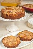 Två som bakas nytt, hemlagade mini- kakor för persikastreuselkaffe royaltyfria bilder