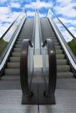 Två som escalatorsleading från jord till himmel royaltyfria bilder