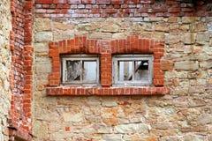Två som stigas ombord upp fönster i en gammal övergiven byggnad royaltyfri bild