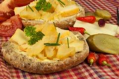 Två sorter av ost på bröd Sund frukost på köksbordet Bröd med tomaten och chili för ost den körsbärsröda Royaltyfri Bild
