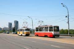 Två spårvagnar på den Stroginskoye huvudvägen, Moskva Arkivfoton