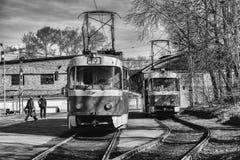 Två spårvagnar på ett stopp av kollektivtrafik i Yekaterinburg royaltyfria bilder