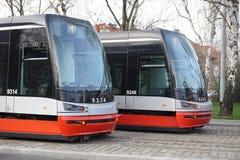 Två spårvagnar på parallellen lappade spår i Prague, Tjeckien Arkivbild