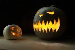 Två spöklika halloween pumpor som är roliga och Royaltyfri Bild