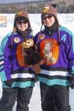 Två spelare från damen Beaverjacks poserar i Rangeley, Maine arkivfoton