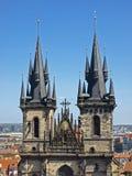 Två spires av den Tyn kyrkan Royaltyfri Foto