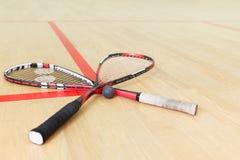 Två squashracket och boll arkivbilder