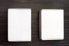 Två stängda vita lådaaskar som isoleras på mörk timmerbakgrund Royaltyfria Bilder