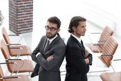 Två stående män tillbaka att dra tillbaka och stötta sig Royaltyfri Foto