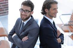 Två stående män tillbaka att dra tillbaka och stötta sig Arkivfoton