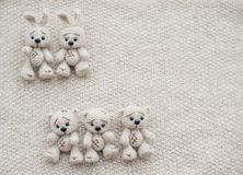 Två stack vita kaniner och tre björnar royaltyfria foton