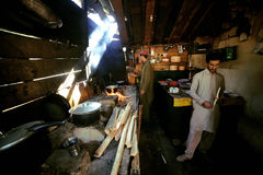 Två stammar man matlagning i köket i den mahodant sjön arkivbild