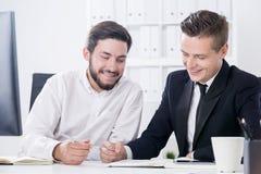 Två startupers som är lyckliga om företags framsteg royaltyfria foton