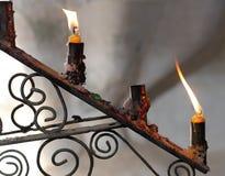 Två stearinljus i gammal stearinljus Arkivbilder