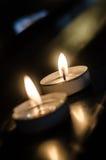 Två stearinljus i kyrka Arkivbilder