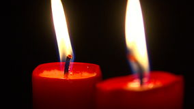 Två stearinljus i svärta arkivfilmer