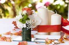 Två stearinljus med bröllopgarnering Royaltyfria Bilder
