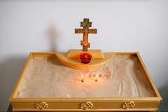 Två stearinljus och lampnärbild Inre av den ortodoxa kyrkan i påsk Behandla som ett barn dopet Ceremoni i kristen badning arkivfoto