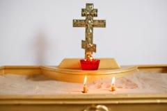 Två stearinljus och lampnärbild Inre av den ortodoxa kyrkan i påsk Behandla som ett barn dopet Ceremoni i kristen badning royaltyfri fotografi
