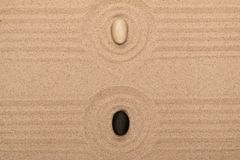 Två stenlögner i mitten av en cirkel av sand sommar för snäckskal för sand för bakgrundsbegreppsram Fotografering för Bildbyråer