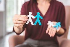 Två stickmen som rymmer händer och ger ett exempel av bra förhållanden Fotografering för Bildbyråer