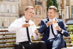 Två stiliga män som äter kinesiska nudlar Arkivfoto