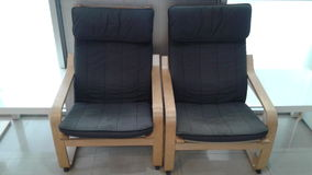 Två stolar med det svarta blocket är i ett rum Arkivfoton