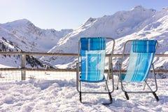 Två stolar med en sikt över några berg Royaltyfri Foto