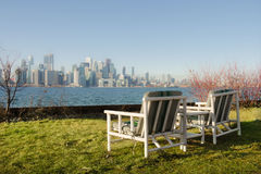 Två stolar med sikten av metropolisen Royaltyfria Foton