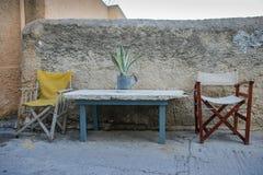 Två stolar och en tabell med en växt i en kruka Arkivbild