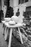 Två stolar och vitpumpor Fotografering för Bildbyråer