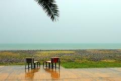 Två stolar på den tomma stranden på den regniga dagen i Batumi, Georgia Fotografering för Bildbyråer