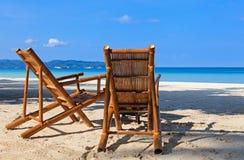 Två stolar på sand sätter på land i Boracay, Filippinerna arkivfoton